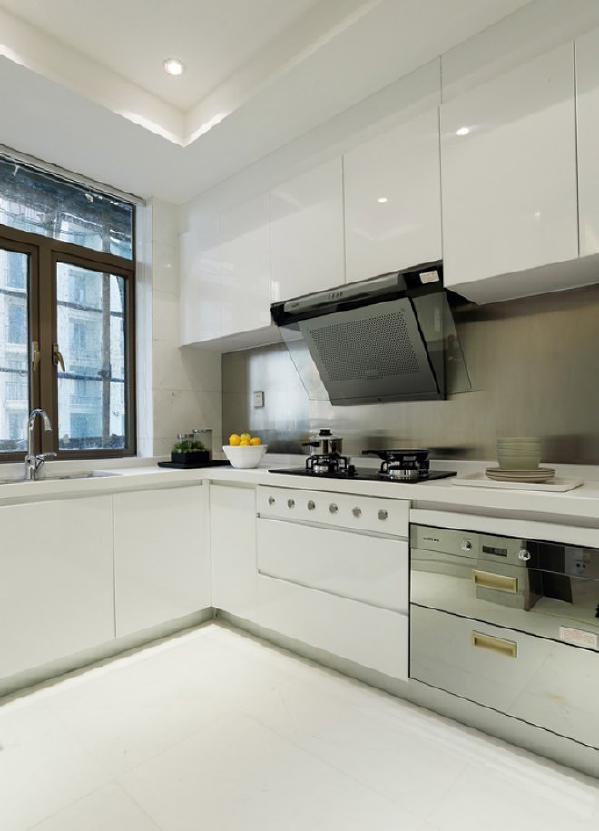 厨房采用白色的整体橱柜既大方又整洁