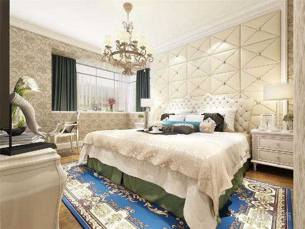 主卧室采用地板,床头背景是软包,其他墙面也是壁纸,床也是典型的欧式风格,搭配适当颜色的壁纸,让卧室充满了奢华,温馨的气氛。次卧室墙面乳胶漆,吊顶一圈素线,舍去了欧式复杂的造型,营造出温馨的居住环境。