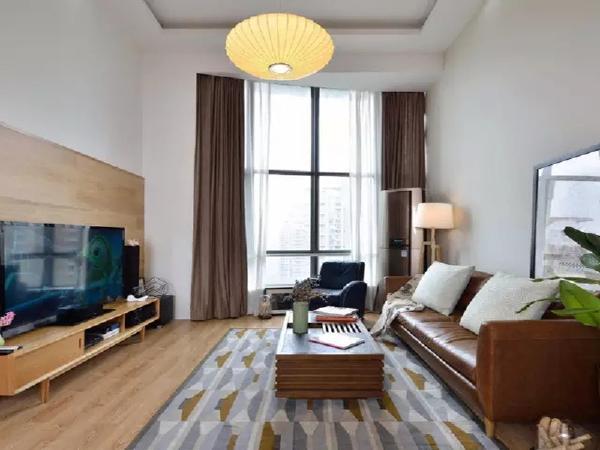 客厅挑高,超大落地窗给室内提供极佳采光。