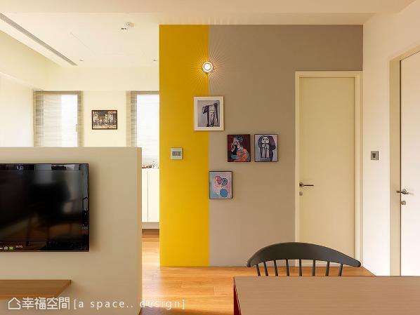 在一室的纯净色调中,将一道墙施以灰、黄等醒目色彩,点缀画作挂饰让此处成为空间的艺术焦点。