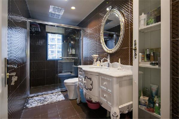 新婚夫妇认为卫生间最不好打理,就选择了颜色深的地砖和砖,搭配上白色带有欧式的浴柜。