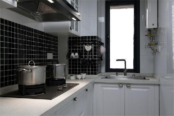 厨房的小饰品也是温馨,白色的橱柜搭配上黑色的墙砖,黑白干净利落之美!
