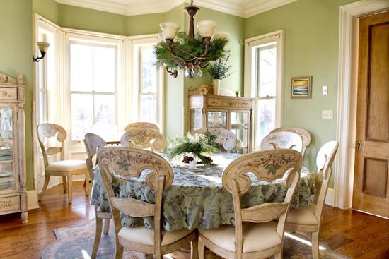 简约舒适的皮质沙发,白色和玻璃搭配的茶几桌,仿古式瓷砖拼花设计的地板,总在无形之中给人复古的味道。电视的背景墙采用碎花田园风,让客厅显得自然舒适。