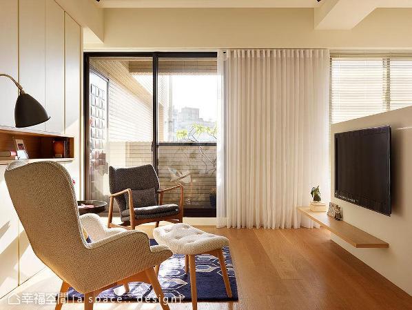 善用三面采光的优势,让天然日光自大面窗景穿梭入内,映出一室的纯净质感。