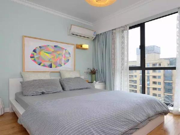 卧室非常的清爽,用淡淡的蓝色背景。