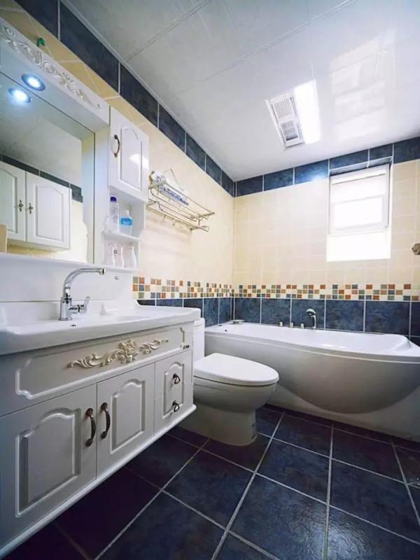 卫生间瓷砖上下分色铺贴。
