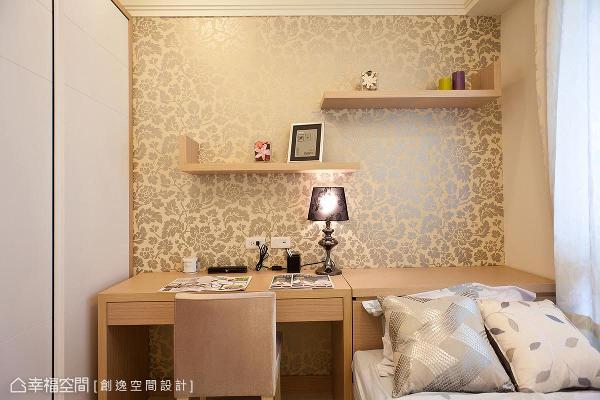 设计师辜俊豪结合收纳与阅读的机能,设置床头柜收纳与高度相符的书桌。