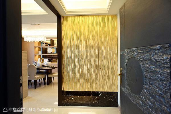入门的第一印象相当重要,本案端景墙采用金漆乱纹板及黑金峰大理石,来呈现迎宾氛围。