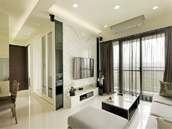 以白为底蕴的设计空间,借由客厅文化石墙与银狐大理石电视墙的介面材质对比,简单带出空间层次。