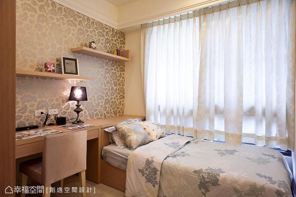 简约舒适与机能规划是小孩房的设计重点,主墙设计则以花卉图腾壁纸增添柔美神采。