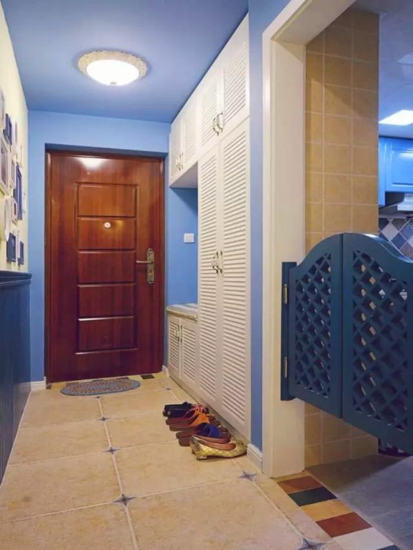 进门百叶鞋柜加入换鞋凳功能,对面是照片墙,边上蓝色的腰门是厨房的。
