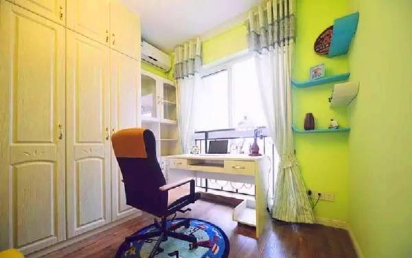▲ 书房空间临窗设计书桌,墙上搁板造型犹如乘风起航的帆船