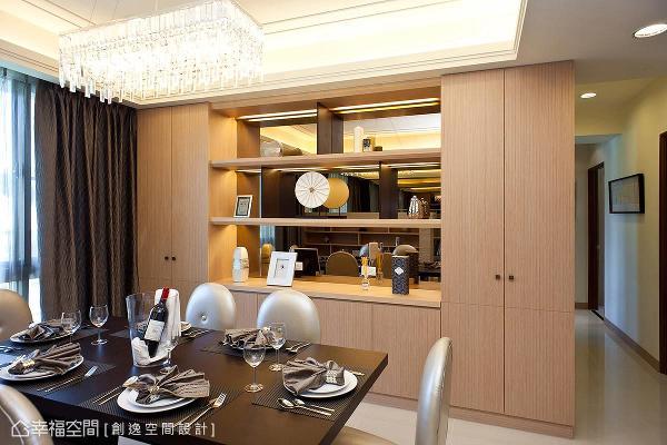 创逸空间设计于餐厅主墙设计展示与收纳柜,分别以茶镜及柜面的形式,作为机能与虚实相应的表现。