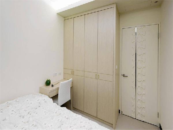 主卧室的电视墙面是与书房书柜双面使用的聪明隔间设计。