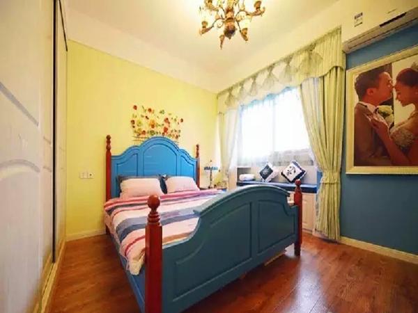 主卧的床也是蓝色的,飘窗下设计成柜体,垫上舒适的坐垫。