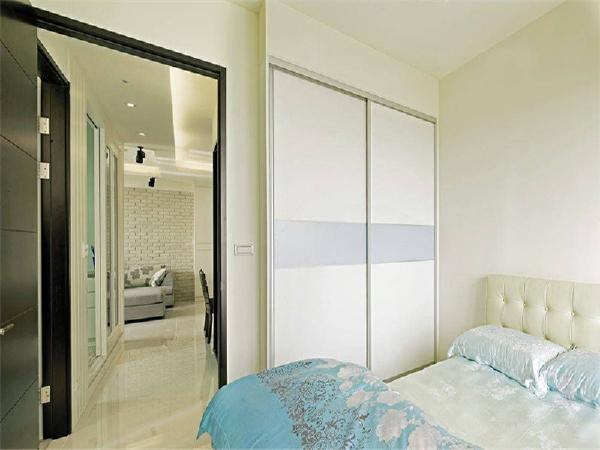 以实用为主的客房,规划系统柜满足基本使用需求。