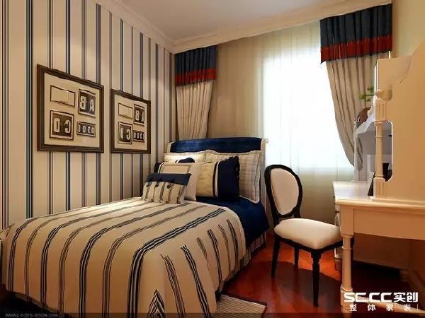 次卧的床品与墙纸相呼应,深蓝色点缀出淡淡的学院风。