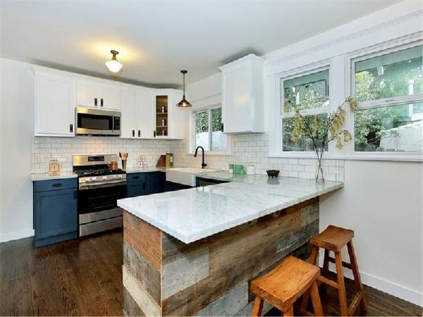 吧台后是开放式的厨房,做饭时,一个转身便可以看到家人这是非常温馨的。