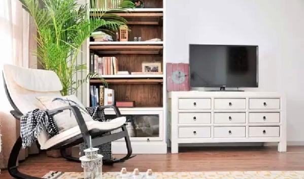 ▲ 电视柜采用多斗柜,兼具收纳作用,边上是一个实木书柜