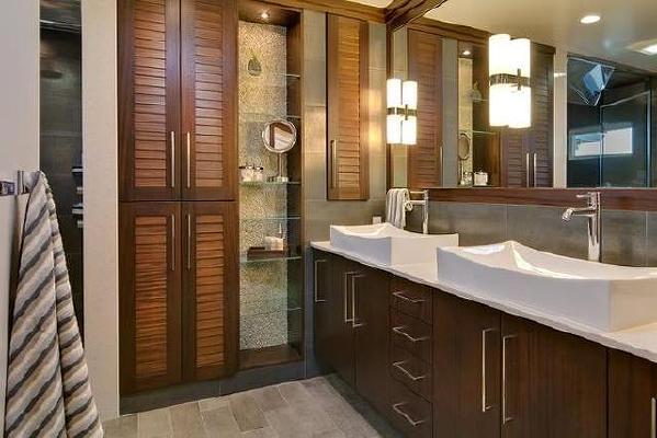 嵌入式的储物柜设计,不占用一点空间,是小户型卫浴的不二选择。高高的橱柜也展现了强大的储物功能,美观而实用。