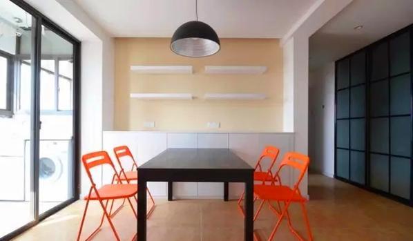 ▲ 红与黑的餐桌椅搭配,宜家产品预算也实惠,背景餐边柜加搁板设计