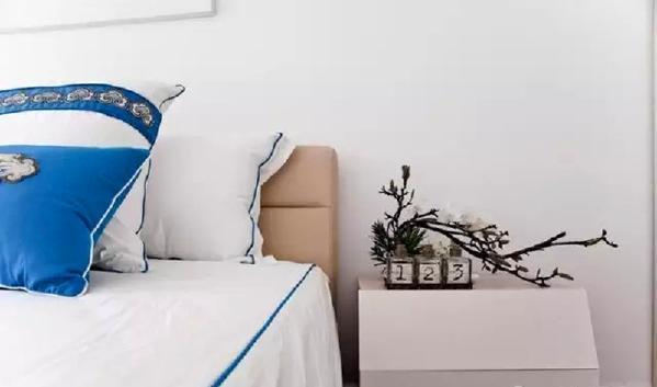 ▲ 床头柜造型也极简单