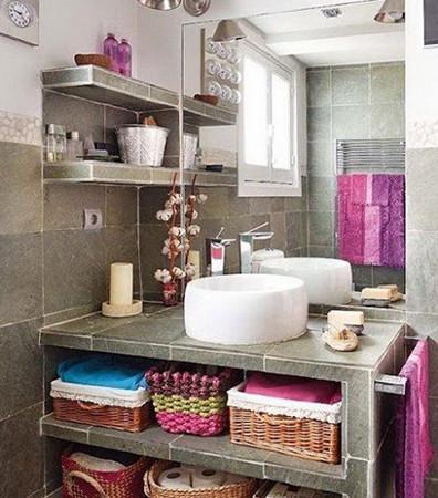 在你的柜子里不要浪费一寸的储物空间,在柜子的门上安装上毛巾架,挂上毛巾。将物品都放在篮子里,既方便拿取又使东西能摆放井然有序。