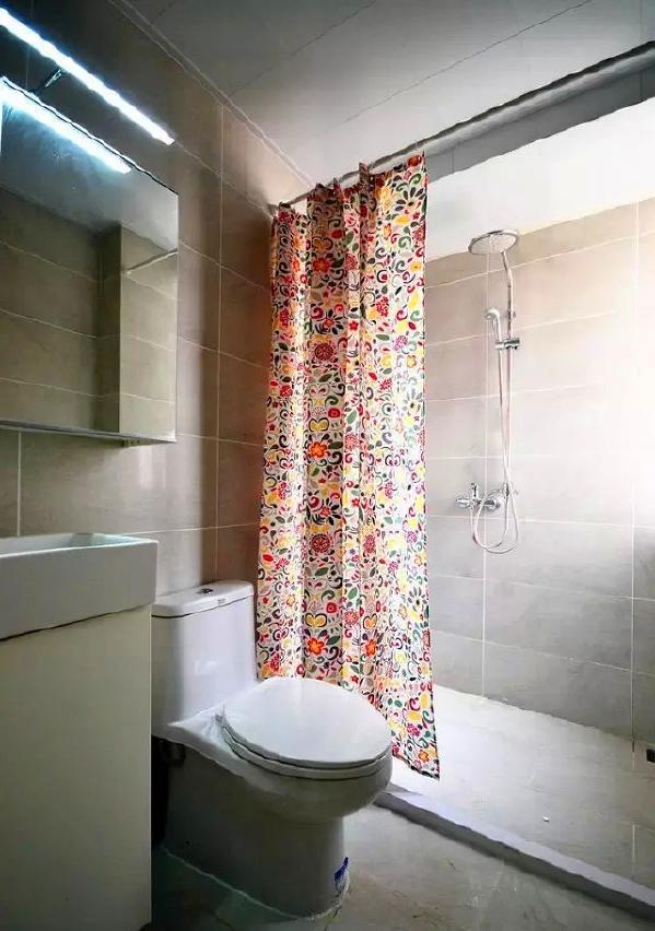 ▲ 卫生间浴帘替代玻璃隔断