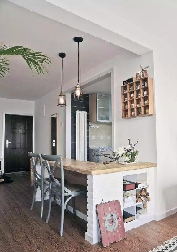 ▲ 多功能吧台当餐桌,侧面还设计了收纳空间