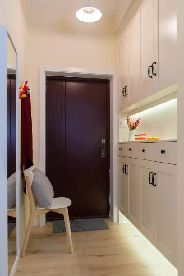狭长的走廊做成了可以换衣换鞋的玄关,一人高的穿衣镜起到了很好的扩容效果  ,也起到了补光的作用。