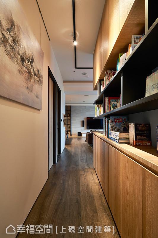 带有书香气息的柜体,与吊挂艺术品的壁面相辉映,并以投射灯凸显质感,营造出人文书店般的氛围。