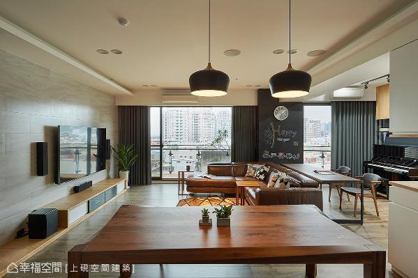 沙发旁的壁面以黑板漆和磁性漆作呈现,提供挥洒创意的角落,也可随着心情和需求,带来不一样的风格面貌。
