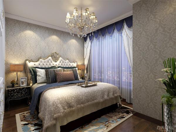 主卧室的设计中,没有采用过多复杂的造型,床头也没有挂画。给业主一个干净,轻松舒服的居住环境。让业主一回到家就能感觉到轻松。