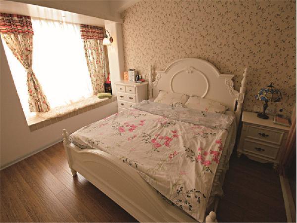 小碎花窗帘和壁纸,清新自然中又透露出童趣,飘窗的位置没有做过多装饰!