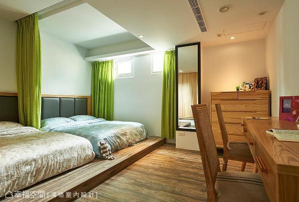 将架高的木地板视为床架,太阳光从上方窗户映照入室,让木纹肌理为主的空间更显自然与温暖。