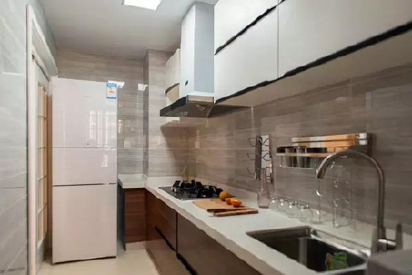 石材搭配木色厨柜,仿佛郊外的森林小屋,清新脱俗的气质扑面而来。