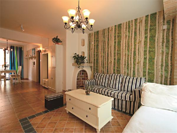 绿色和大地色竖型交织的的背景墙,将清新自然,黑白条纹的沙发相得益彰!