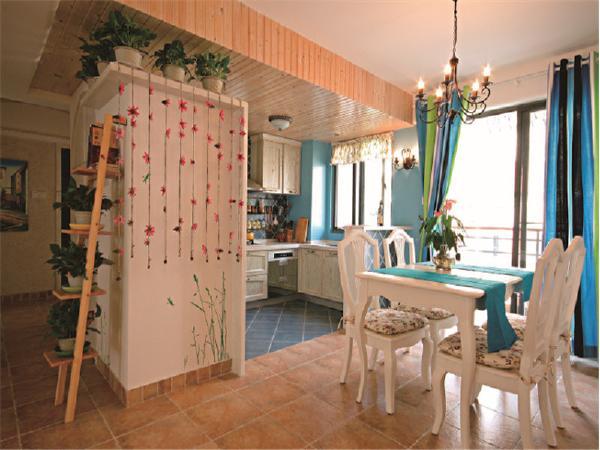 餐厅和客厅的走廊的花架自然,带来欣欣向荣的生机,绿植能带给新婚夫妇美好的心情。