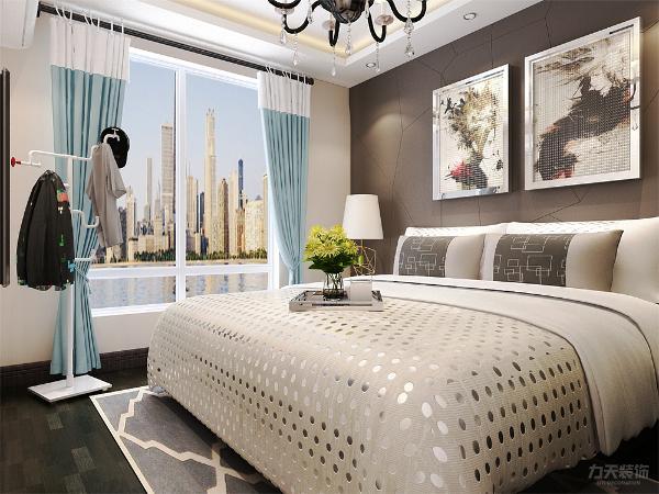主卧与客厅挨着,偌大的落地窗,使整个房间看起来明亮大方,同时在卧室中增加了一个埃菲尔塔,为卧室增加了一些浪漫的气氛。