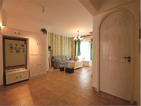 美式的门并不像我们常见的方正的,圆顶的门带给的是不同的感受!