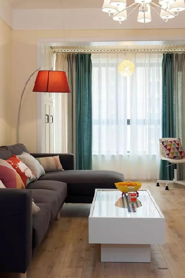 弧形的落地灯打造层次感,火红的颜色配上木质地板,让客厅更温暖。