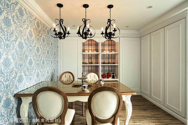 天花三盏弧形铁件吊灯与墙面上的印花图腾相互呼应,壁面的展示柜体衬以格纹造型,诠释浪漫的乡村风格。