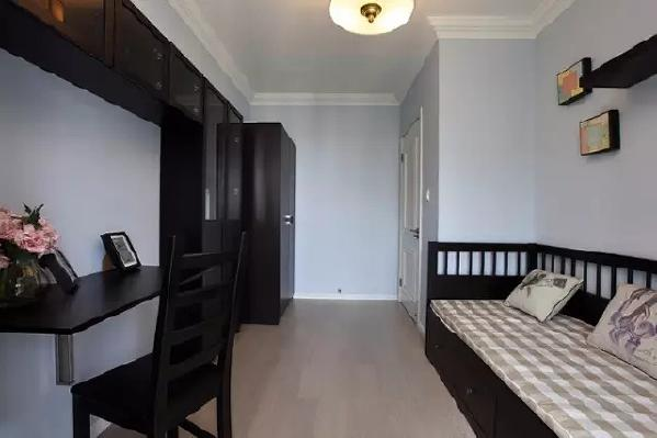 浅蓝色的墙面、格子软装,与深色的家具搭配别有美感,展现出美式风格的高雅。