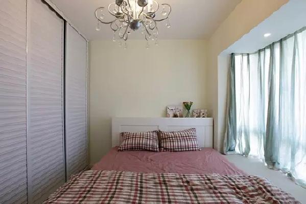 卧室面积很小,所以用浅色来打造明亮、开阔的感觉。