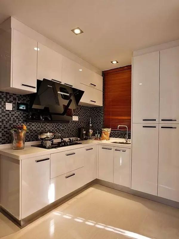 白色的厨房间的,宜家的风格了,我自己也是非常喜欢,简约干净。