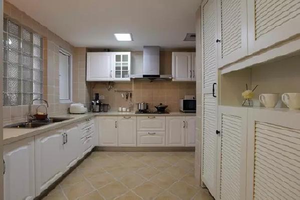 白色的厨柜配上大地色的瓷砖,一种清新感扑面而来。