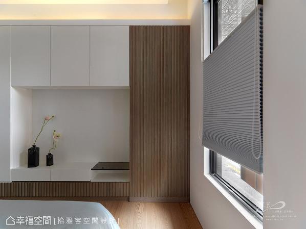 呼应床头主墙的造型,从电视柜底部开始向右延伸,隐藏起通往更衣室的出入动线。