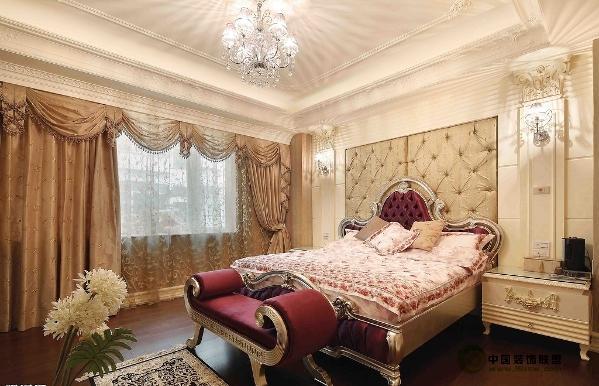 欧式风格的家居宜选用现代感强烈的家具组合,特点是简单、抽象、明快、现代感强,组合家具的颜色选用白色或流行色