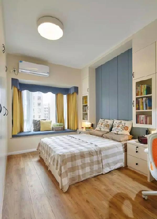 ▲ 卧室床头用蓝色饰面板装饰,两边设计对称吊柜
