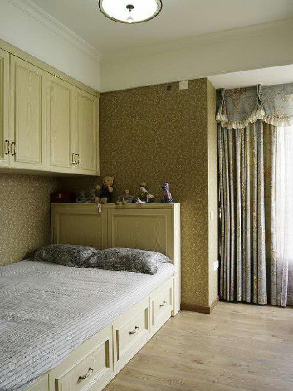 次卧设有吊柜,榻榻米床下面都可以储物,这样一来家里无形中多了许多储物的空间